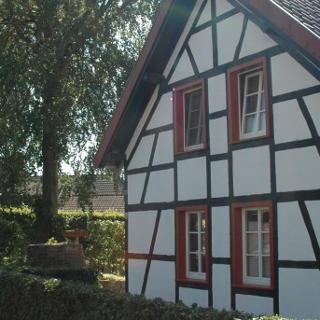 Typische Hausfassaden und Hecken