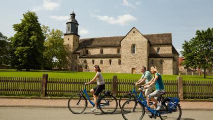Radler an der Klosterkirche Lippoldsberg