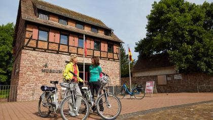 Radfahrer am Münchhausen - Museum in Bodenwerder