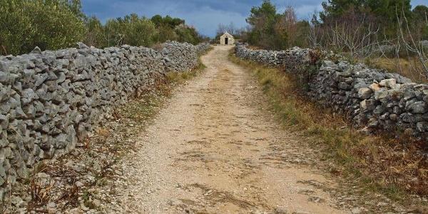 Put i kapela u blizini planinarske kuće Vlaka