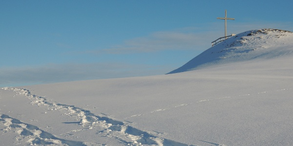 Spur zum Gipfelkreuz hoch über dem Großen Alpsee