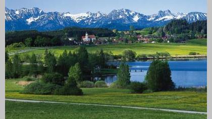 Blick über den Haslacher See und Bernbeuren auf die Alpen