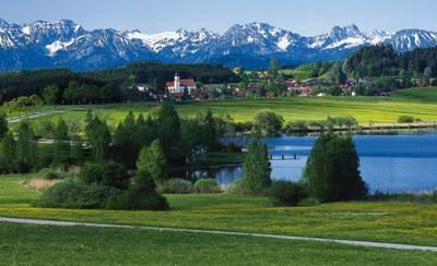 Blick über den Haslacher See und Bernbeuren auf die Alpen ()