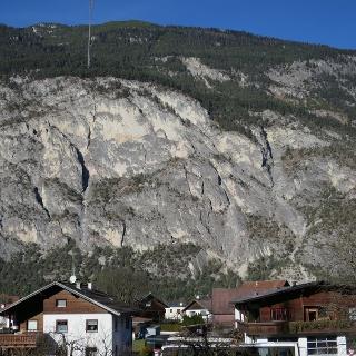 Der Simmering mit der Geierwand in Haiming. Der Klettersteig verläuft im rechten Tel der Geierwand.