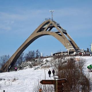 Rodeln in Winterberg mit Blick auf die Skisprungschanze
