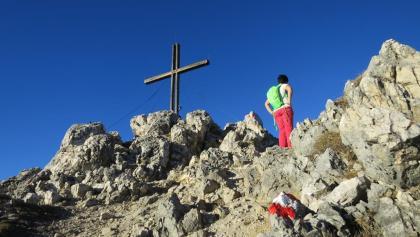 ... der Gipfel steht frei und bietet rundum Berge.