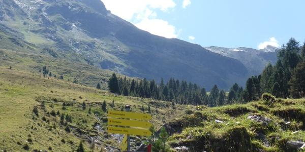 Wegweise am Alpengasthof Praxmar.