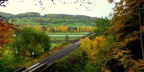 Blick auf Bahnbrücke und Solling bei Wehrden