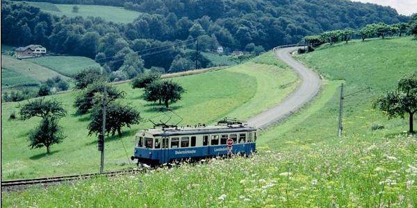 die Gleichenberger Bahn fährt in der hügeligen Landschaft