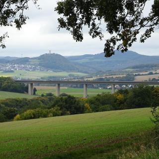 Blick hinauf ins obere Brohltal, im Vordergrund die Autobahnbrücke der A61.