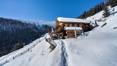 Winter walking tour to the mountain hut Aschtalm in S. Maddalena