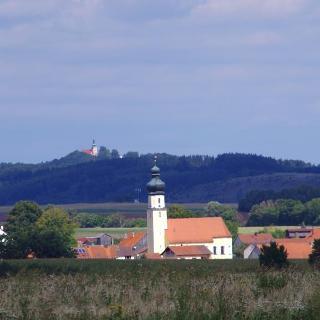 Blick - über Günching - zurück zum höchsten Punkt des Jurasteiges zur Wallfahrtskirche auf dem Habsberg