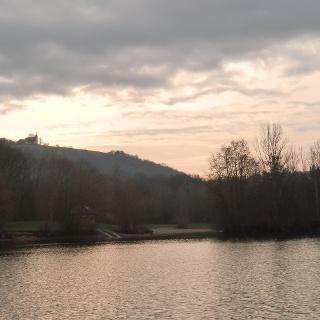Baggersee Untergrombach mit Blick auf die Michaelskapelle