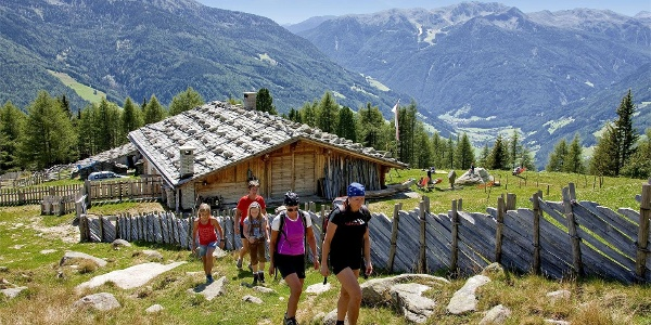 Holzerböden Hütte mit Wanderern