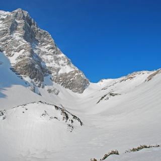 Nordgrat des Gr. Priel (links) und herrliche Firnhänge im oberen Kirtagkar (rechts)