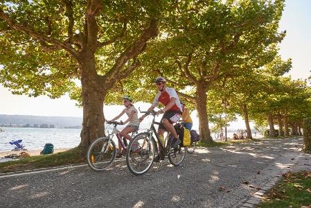 Radfahrer an der Promenade in Radolfzell am Bodensee
