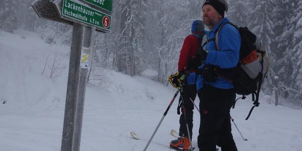 An der Einmündung vom Nordwaldkammweg zum E6 (Finnland-Griechenland)