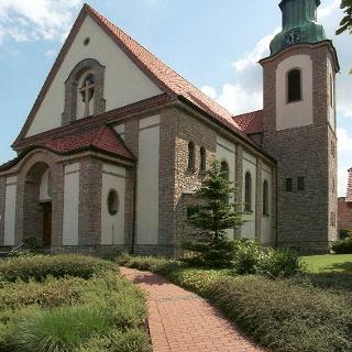 Die gelben Kalksteine, aus denen das Mauerwerk der Kirche besteht, wurden nur wenige hundert Meter von hier in einem Steinbruch abgebaut.
