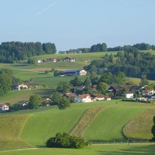 Luftaufnahme Kirche Greimharting und oberhalb Weingarten