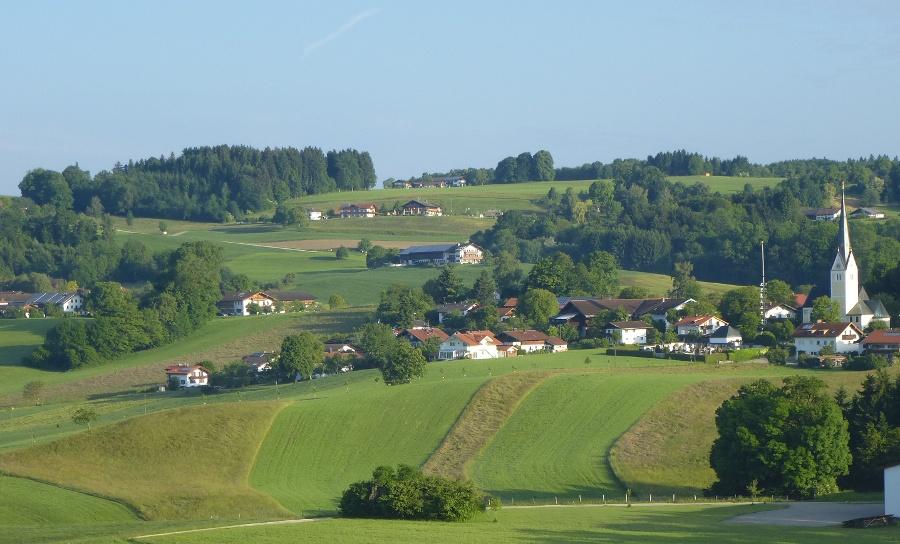 Luftaufnahme Kirche Greimharting und oberhalb Weingarten-©Autor: Oberloher, Quelle: Prien Marketing GmbH