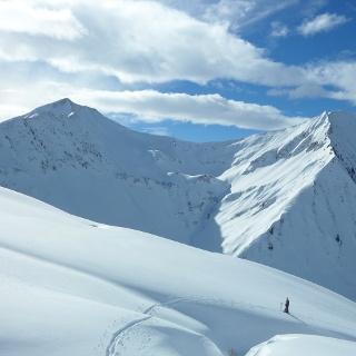Aufstieg zum Grünhorn. Hinten die tolle Abfahrt durch die nordseitigen Mulden der