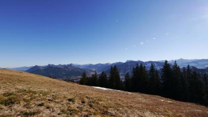 Der Ausblick vom Wertacher Hörnle in die umliegende Bergwelt
