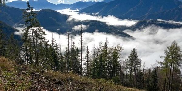 Windischgarsten im Nebel, am Horizont links der Große und der Kleine Pyhrgas