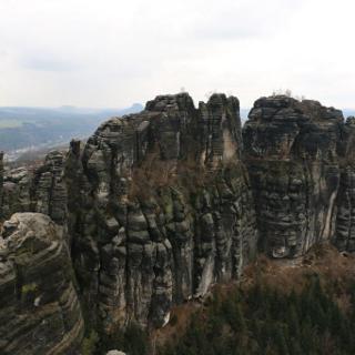 Blick von der Schrammsteinaussicht zu den Torsteinen der Schrammsteine