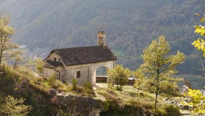 Blick auf die Kapelle Madonna della Pioda von der gegenüberliegenden Schluchtseite