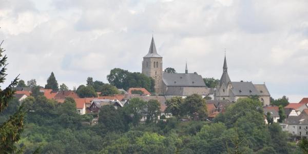 Blick nach Obermarsberg auf die Stiftskirche und die Nikolaikirche