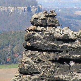 Zerklüftete Felswand mit Gipfelbuch für Kletterer