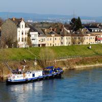 Neuwied am Rhein mit Hochwasserdeich