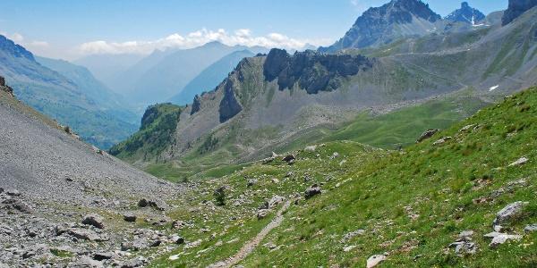 Blick auf das obere Valle Maira bei Saretto, rechts der Passo della Fea