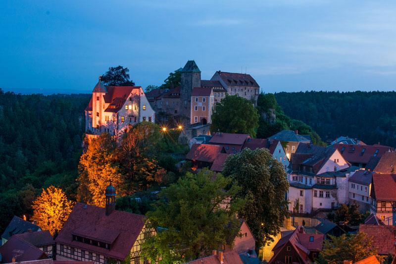 Burg Hohnstein in der Abenddämmerung