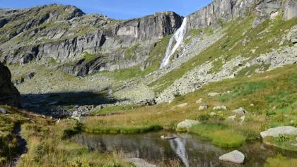 Im Eisboden; durch die Wand rechts des Wasserfalls führt die Steinerne Stiege.