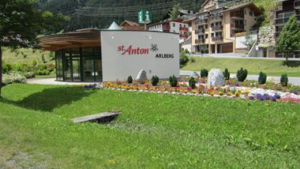 Ortseingang St. Anton am Arlberg unser heutiges Etappenziel.