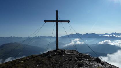 Das Kreuz am Gipfel der Obernberger Tribulaun von hinten