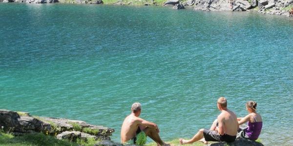 An heißen Sommertagen tummeln sich viele Besucher um den See