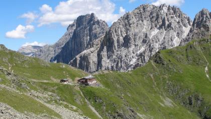Innsbrucker Hütte von der anderen Seite mit Kalkwand & Ilmspitze rechts im Hintergrund