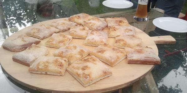 Zuckerkuchen aus dem Holzbackofen auf dem Gelände des Salzmuseums