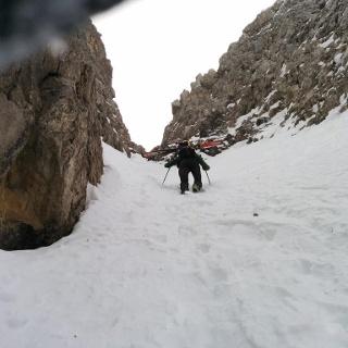 Später dann mit geschulterten Skiern