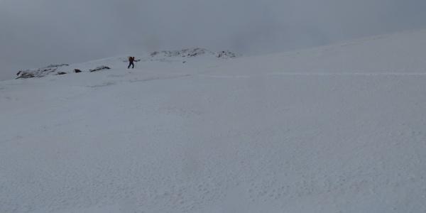 Kurz unterhalb des Gipfels wird es wieder flacher.