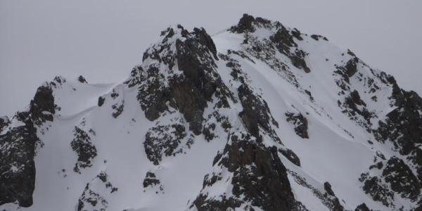 Blick vom Vorgipfel zum Hauptgipfel, Zwei Personen im voretzten Schneefeld
