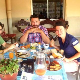 Gemütliches Essen mit anderen Reisenden