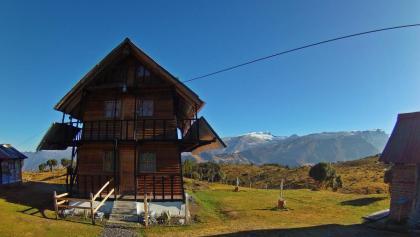 Hütte mit Ritacuba Blanco (5410m) im Hintergrund