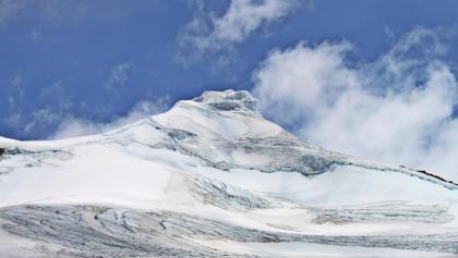 Blick vom Rand der Gletscherzunge auf den ganzjährig mit Eis und Schnee bedeckten Pan De Azúcar (5250 m).