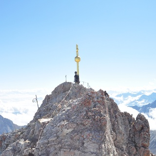 Das Ziel vieler Bergsteiger: Das markante Gipfelkreuz der Zugspitze