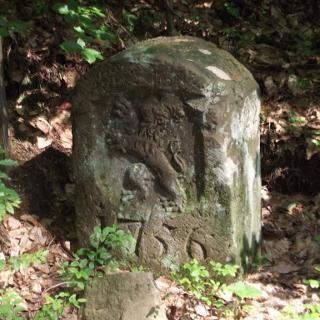 Grenzstein von 1756 am Wanderweg.