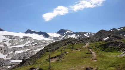 Von der Krefelder Hütte geht es zunächst bergauf Richtung Alpincenter/Kitzsteinhorn