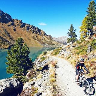 Mountainbiker at the Cleuson dam